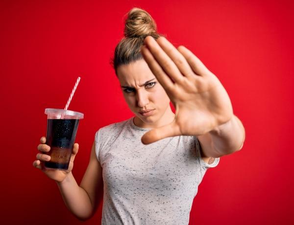 Így tesznek tönkre a szénsavas italok – még az ásványvíz is!