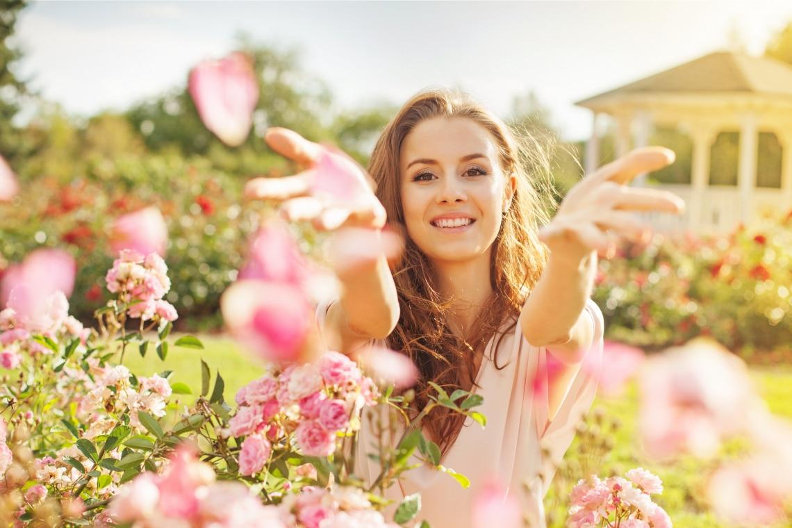 Nő a rózsakertben