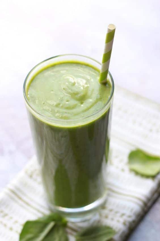 Zöld turmix bogyós gyümölcsökkel