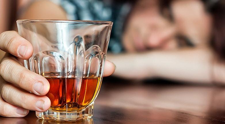 Átveri a jó szándékú embereket az alkoholista családanya