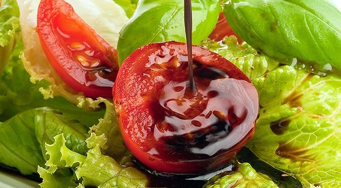 Így készíts otthon friss, egészséges salátaöntetet