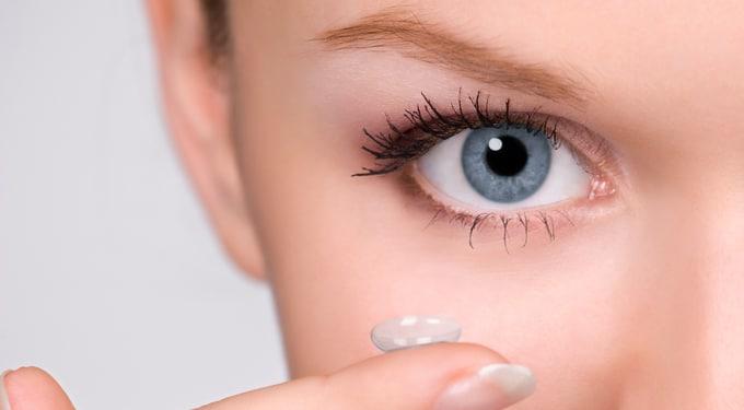 Így sminkelj, ha kontaktlencsét hordasz