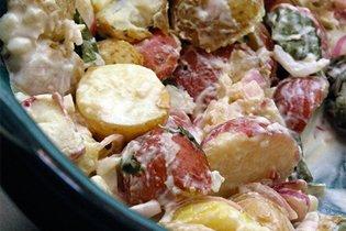 Újburgonya saláta bazsalikommal és zöldhagymával