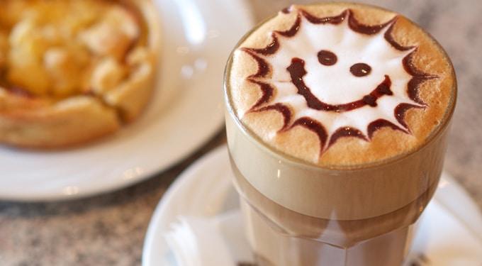 20 jópofa mondás a kávéról, amit bögrére kellene írni