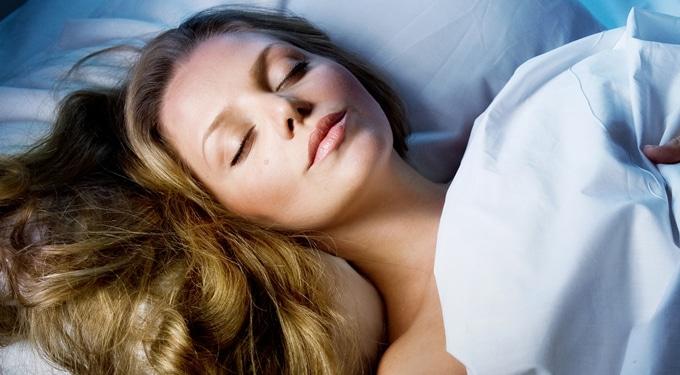 7 titok, hogy fiatalabban ébredj: így szépülj alvás közben