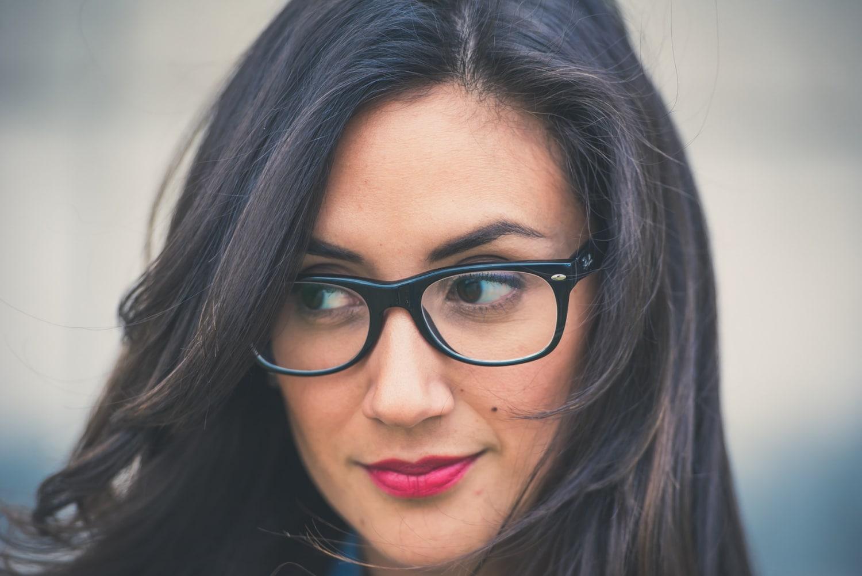 8 bombasztikus sminkötlet szemüvegeseknek