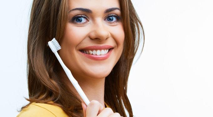 8 meglepő szépségtrükk, amire a fogkefét használhatod