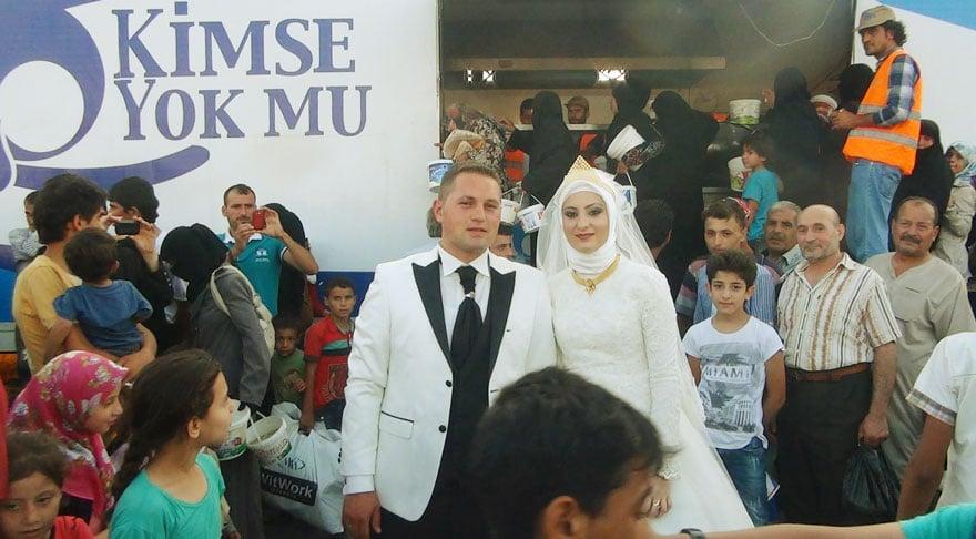 A család helyett a menekülteket etették meg az esküvőjükön – Nézd meg a megható fotókat!