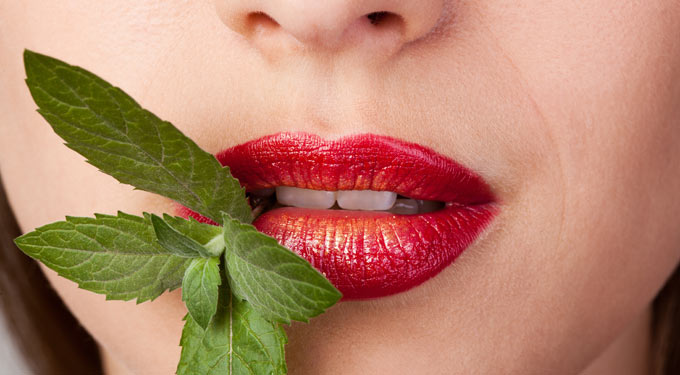 A rossz lehelet 7 meglepő oka: Nyálkő és menstruáció