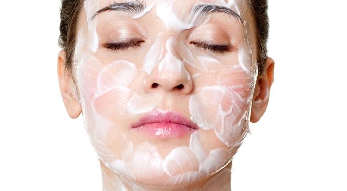 A száraz arcbőr tisztítása lépésről lépésre