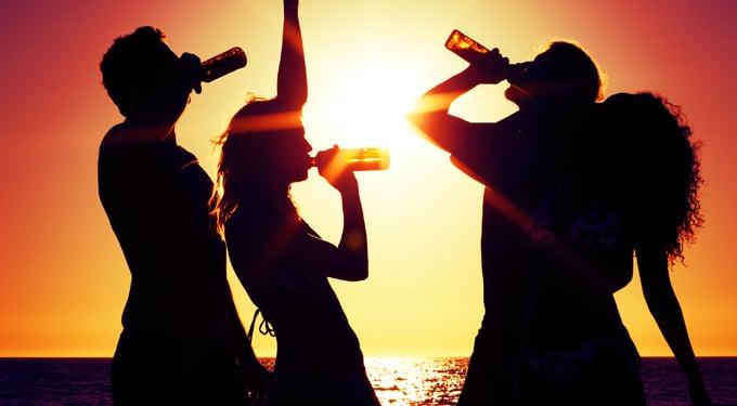 Alkohol, drogok nyaralás alatt: 5 ok, amiért a nyári bulikon se hagyd el magadat