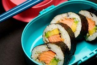 Avokádós, füstölt lazacos sushi-tekercs