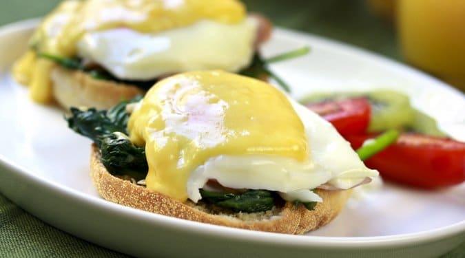Benedek-tojás spenóttal, buggyantott tojással és hollandi mártással