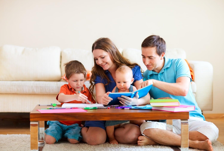 Benti játékok és elfoglaltságok kisgyermekeseknek rossz időre