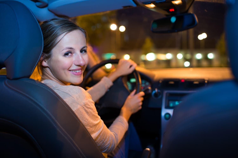 Biztonságos vezetés szürkületkor és sötétben: tippek a jobb látás érdekében