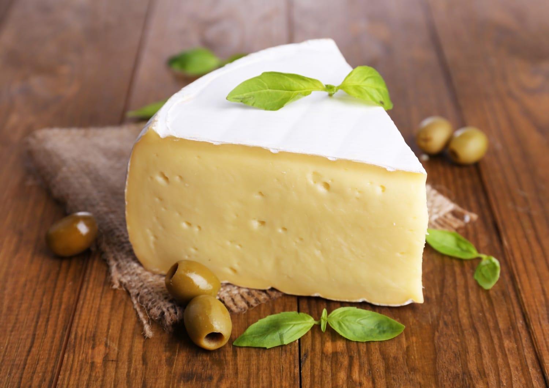 Camembert olívabogyóval, olajban eltéve