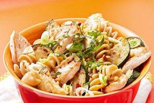 Citromos tészta csirkével, cukkinivel és fenyőmaggal