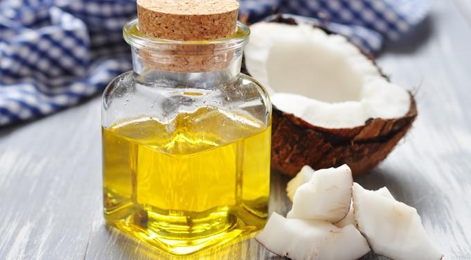 Csökkenti a ráncokat, lemossa a sminket és ápolja a bőrt: így használd a kókuszolajat