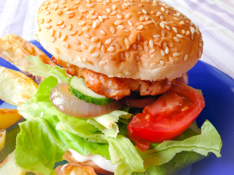 Csibeburger fetakrémmel és pirított lilahagyma-karikákkal