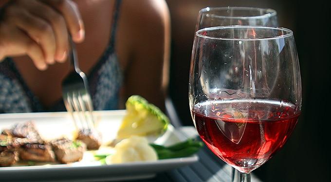 Egy kevés alkohol jobb, mint a semmi ‒ ezt edd mellé!