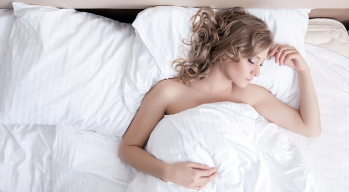 Ezekkel a trükkökkel szépülhetsz alvás közben