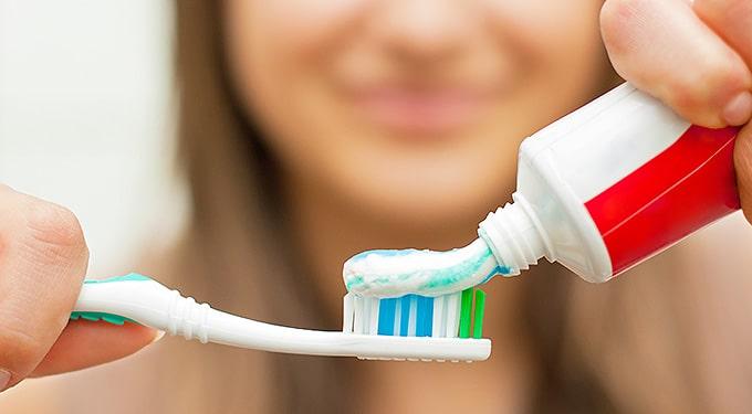 Filléres trükk rossz szagok, pára és foltok ellen: így is használhatod a fogkrémet