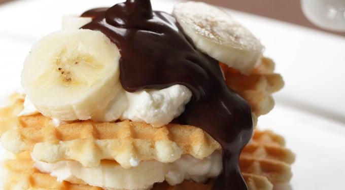 Gofri mascarpone krémmel, banánnal és csokoládé öntettel