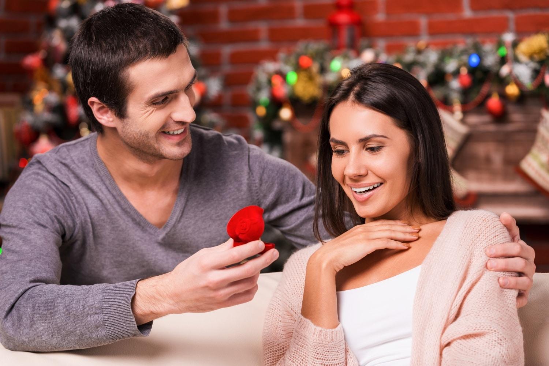 Gyűrűt kapsz karácsonyra? 3 jel, hogy a pasi lánykérésre készül