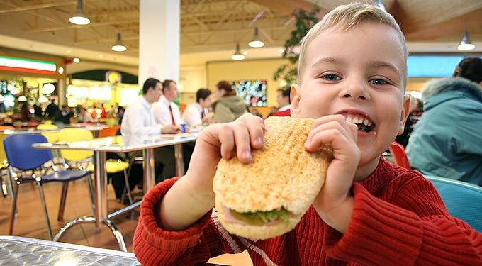 Gyorsétterembe vitte a gyerekeket, pedig nem tellett ételre