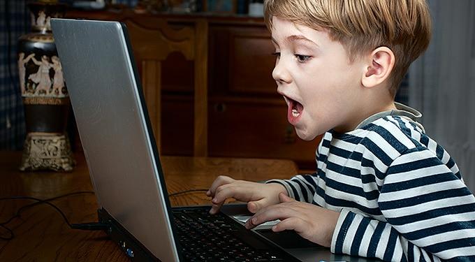 Hogyan védheted meg az internetező gyermeked?