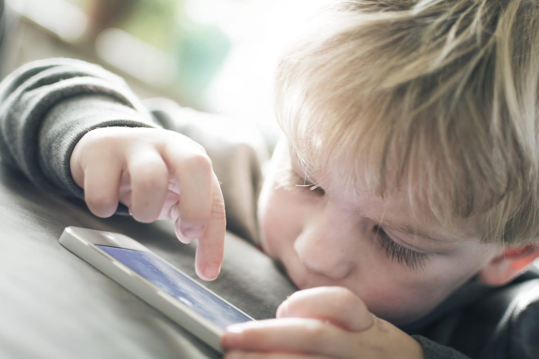 Ilyenkor ne adj a gyerek kezébe telefont: károsíthatja az agyat a tudósok szerint