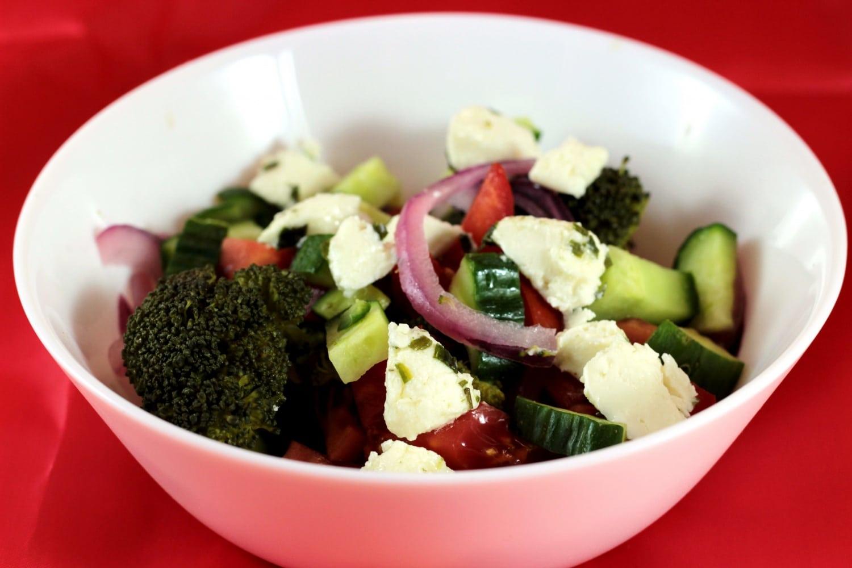 Isteni diétás, húsmentes vacsora: Kecskesajtos brokkoli saláta