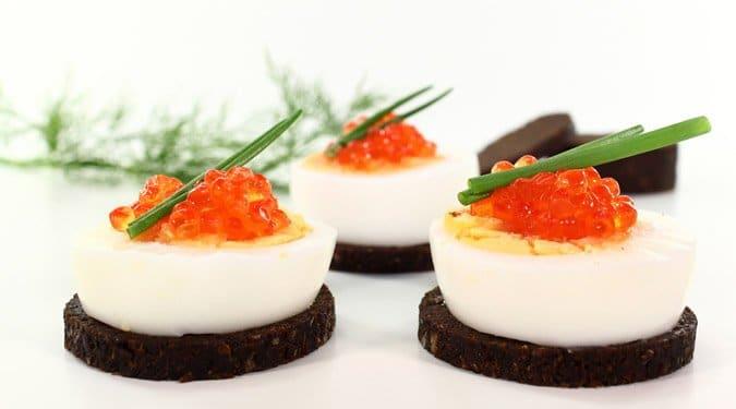 Kaviáros tojásos falatkák