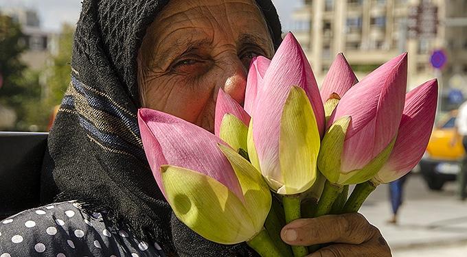 Kiröhögte a virágárus nénit a tini