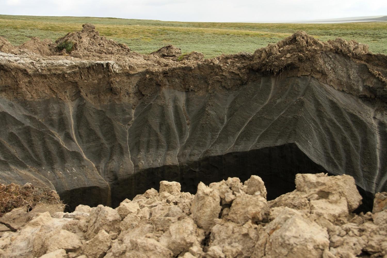 Megnyílt a föld az oroszok alatt – Mi okozta a félelmetes, tátongó lyukakat?