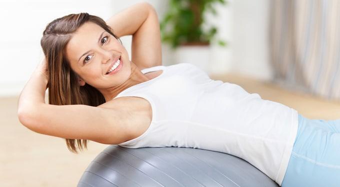 Miért egészséges a fitneszlabda, és hogyan ülj rajta?