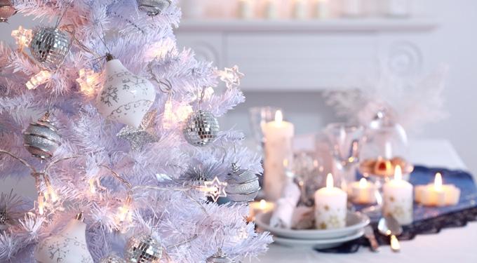 Mit vársz a jövő évtől? Ilyen színekkel díszítsd a karácsonyfát!