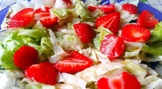 Pikáns tavaszi saláta eperrel