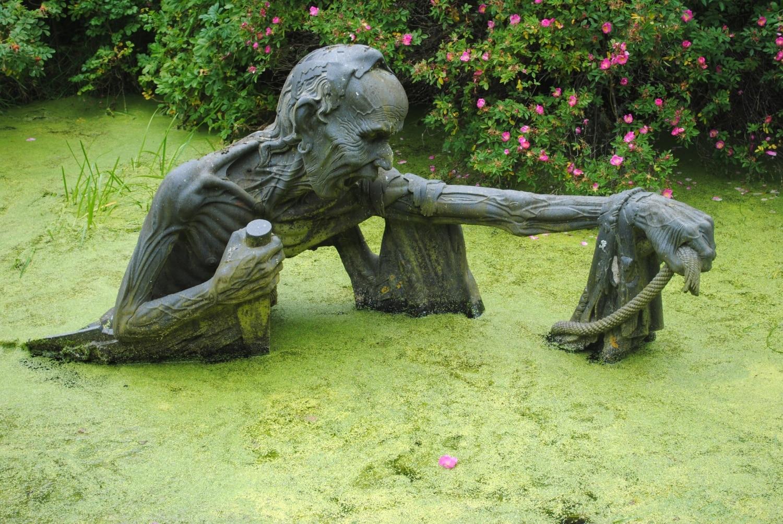Rémisztő csontváz emelkedik ki a vízből!