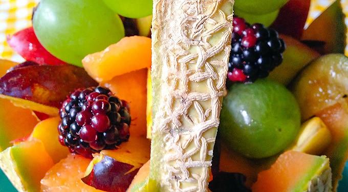 Sárgadinnye kosárka friss gyümölcsökkel