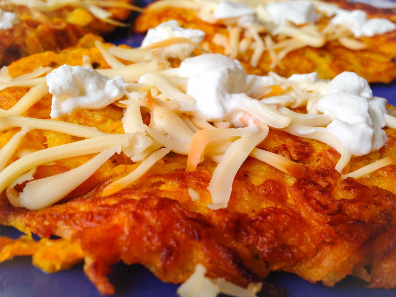 Sütőtökös tócsni – füstölt sajttal és tejföllel