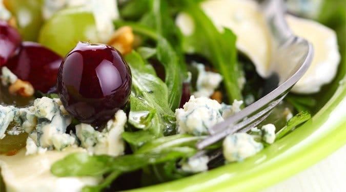 Saláta szőlővel és fetasajttal