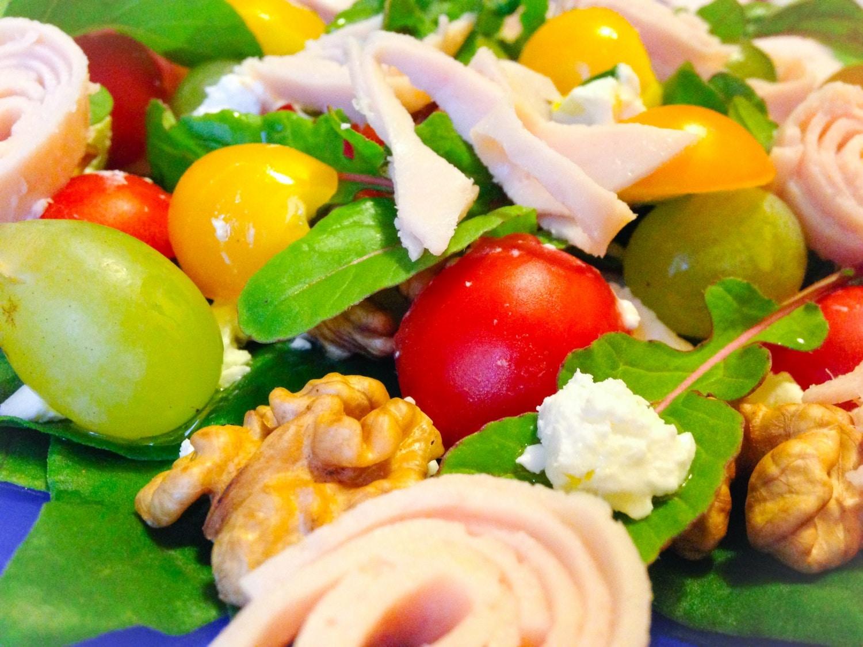 Sonkás-sajtos őszi saláta szőlővel és dióval