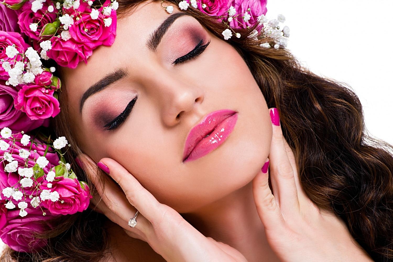 Színharmónia a sminkelésben: kombinációk pinkkel, lilával, zölddel és feketével
