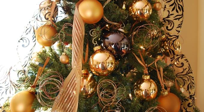 Színkombinációk a karácsonyfa díszítésére