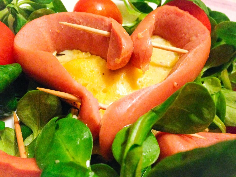 Szívecske virsli tojással töltve – salátaágyon