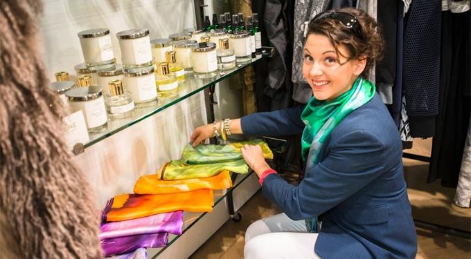 Szegedi lány luxus kendői londoni üzletházban
