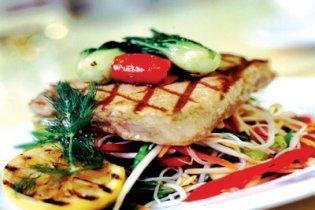 Tonhal filé szezámmagos salátával és jázminrizzsel