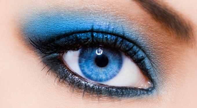 Vibráló kék szemfestés lépésről lépésre