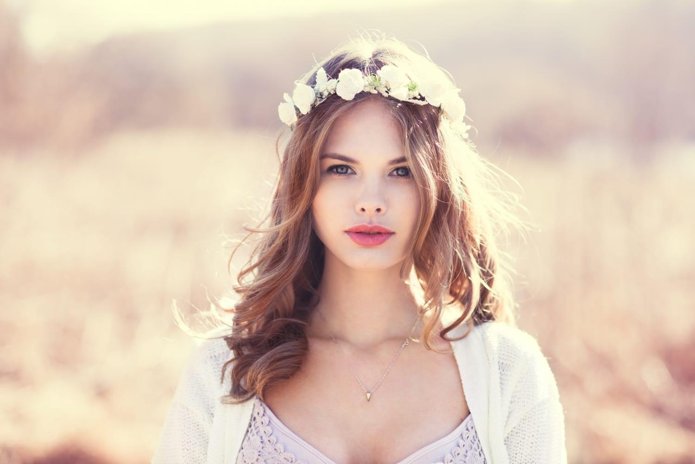 Virágot a hajba! Frizuracsodák a romantika jegyében
